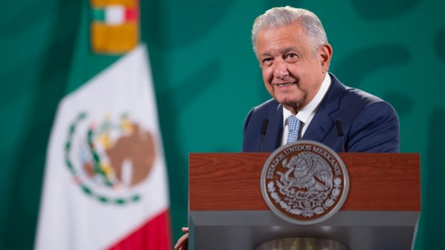 """El presidente Andrés Manuel López Obrador aseguró este sábado que los conservadores """"le hacen lo que el viento a Juárez""""."""