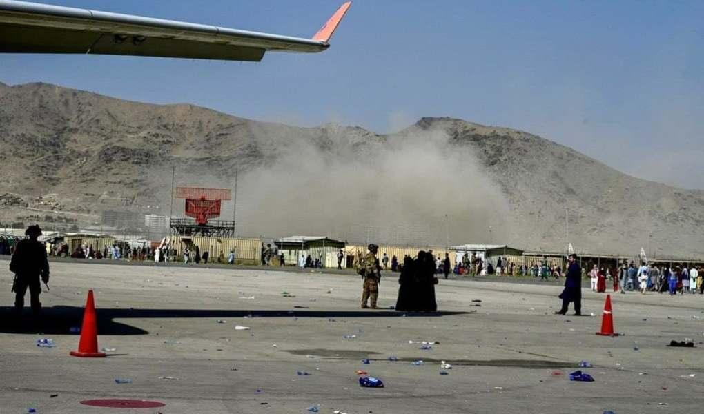 La parte afgana del grupo terrorista ISIS se adjudicó un atentado suicida que ocasiono decenas de muertos cerca del aeropuerto de Kabul.
