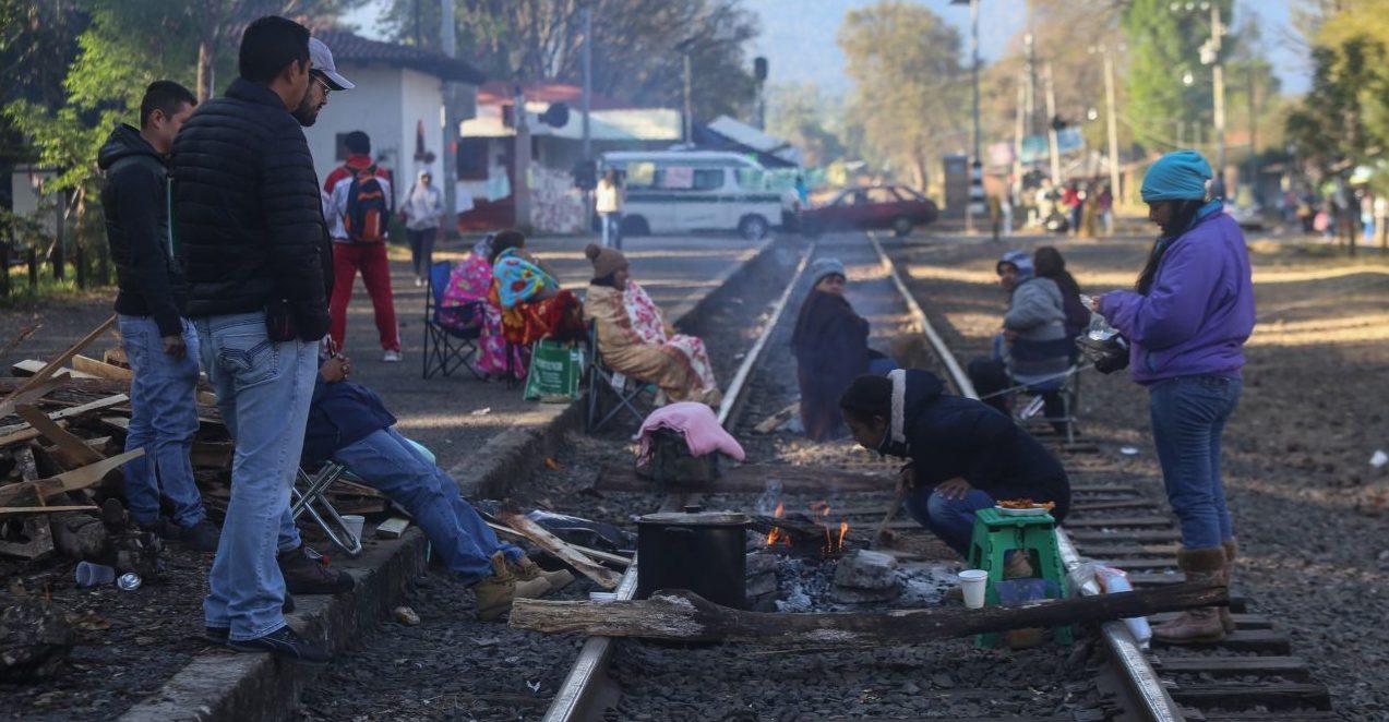 Maestros pertenecientes a la CNTE volvieron a bloquear vías del tren en el estado de Michoacán para exigir pago de salarios adeudados