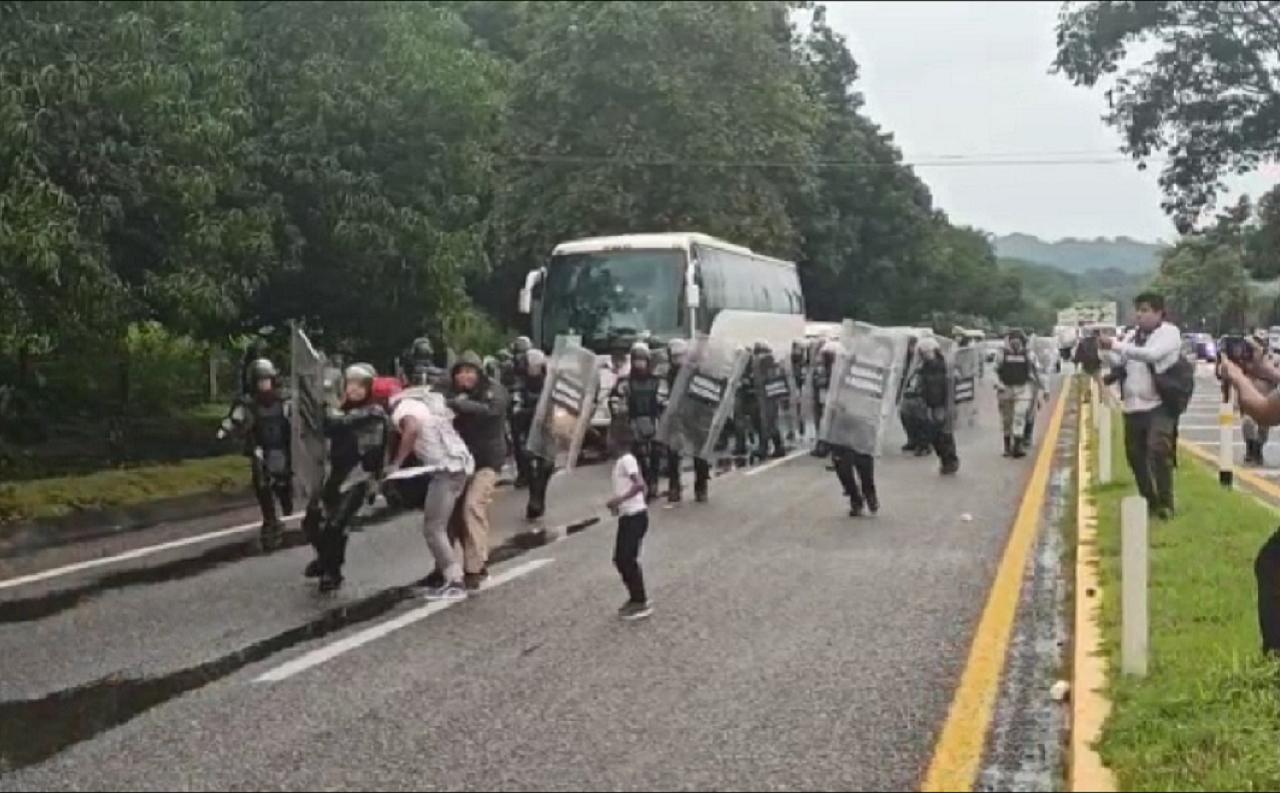 Captan en video a agente mexicano que patea la cabeza de un migrante en la redada de Tapachula. El video ha generado gran indignación