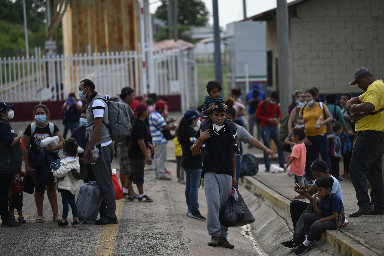 Autoridades detienen a 146 migrantes centroamericanos en Coahuila -carretera Zacatecas-Saltillo-, 50 de ellos eran menores de edad.