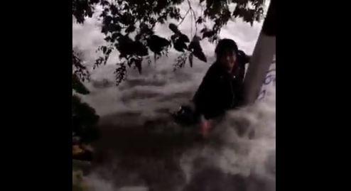 Joven se aferró a poste para no ser arrastrado por agua