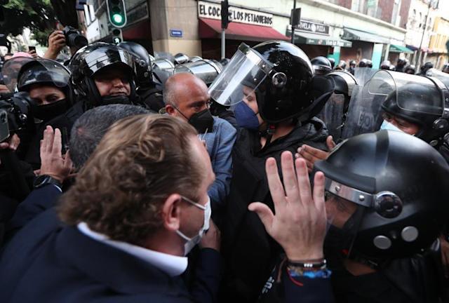 La Secretaría de Seguridad Ciudadana suspende a policías que agredieron a Lía Limón y demás alcaldes de oposición de la Ciudad de México.