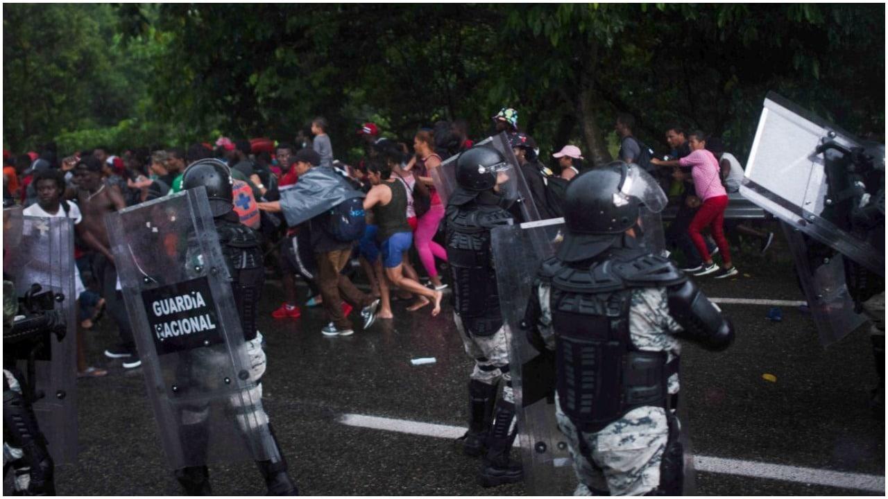 """El Instituto Nacional de Migración (INM) suspendió a dos agentes por presunta """"actuación indebida"""" sobre la carretera Tapachula-Arriaga."""