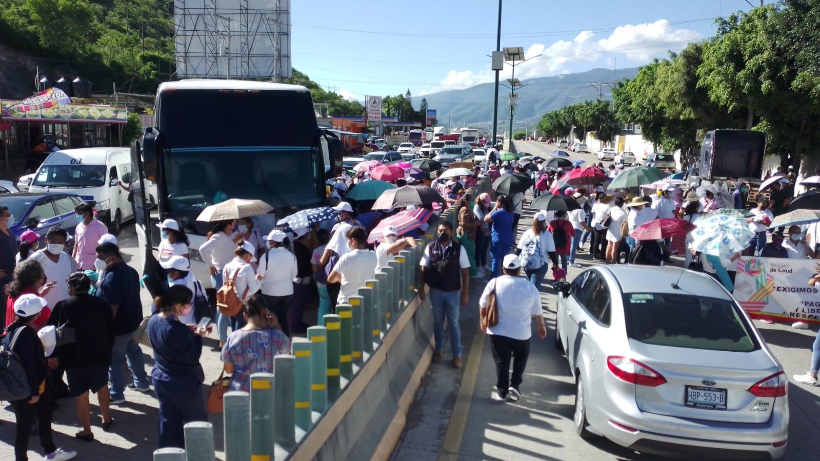 Trabajadores de Salud bloquean carretera