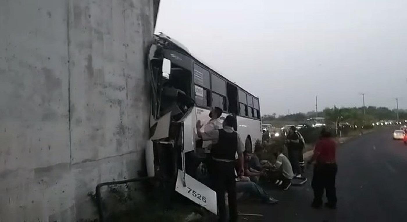 Autobús con trabajadores chocó
