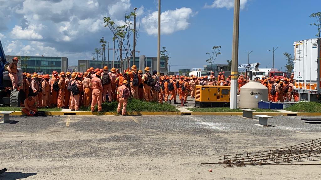 Durante el paro de labores, trabajadores y policías se enfrentan en las instalaciones de la refinería de Dos Bocas, Tabasco.