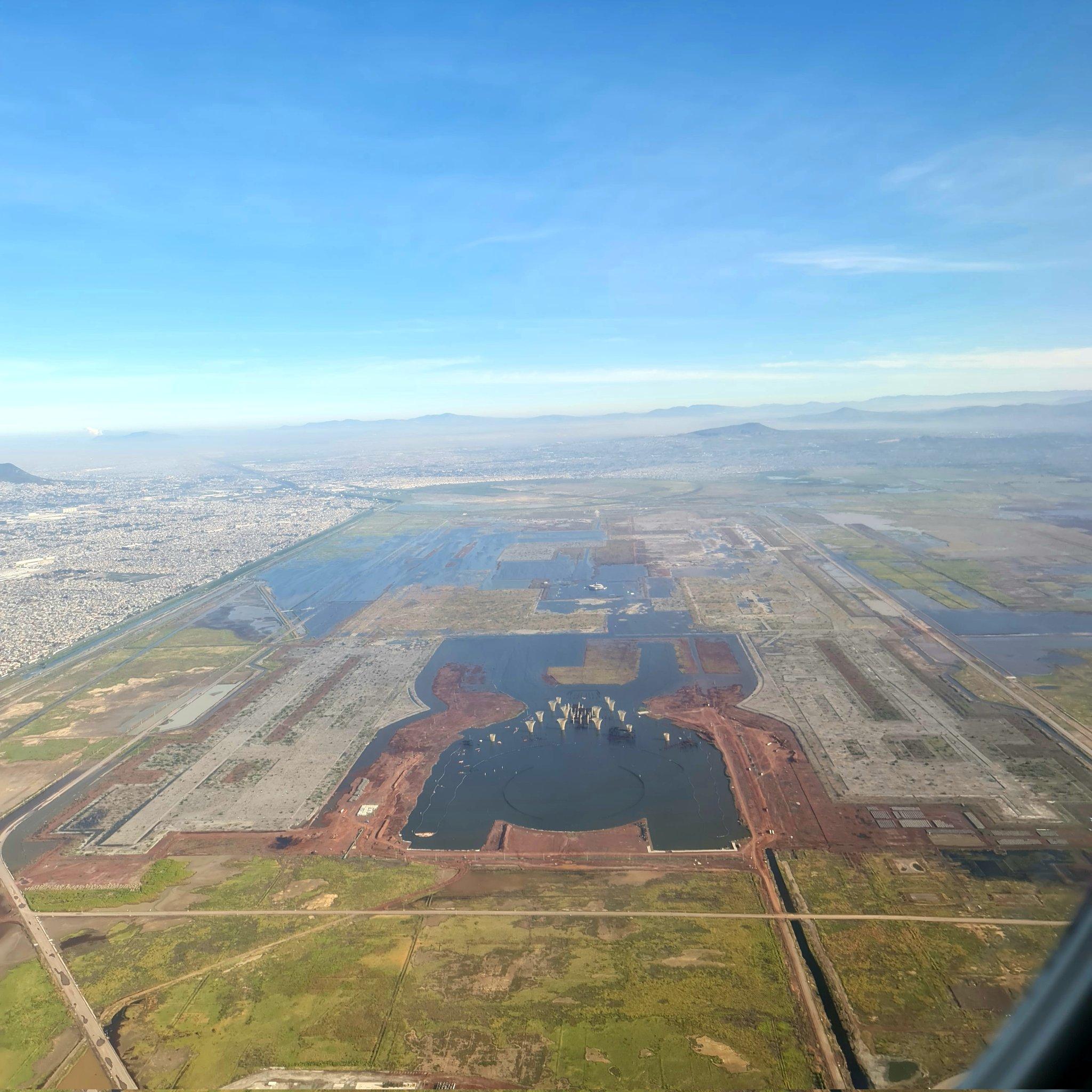 Titular de la SEDATU comparte foto del aeropuerto de Texcoco inundado y agita las redes sociales. La foto fue compartida el viernes.