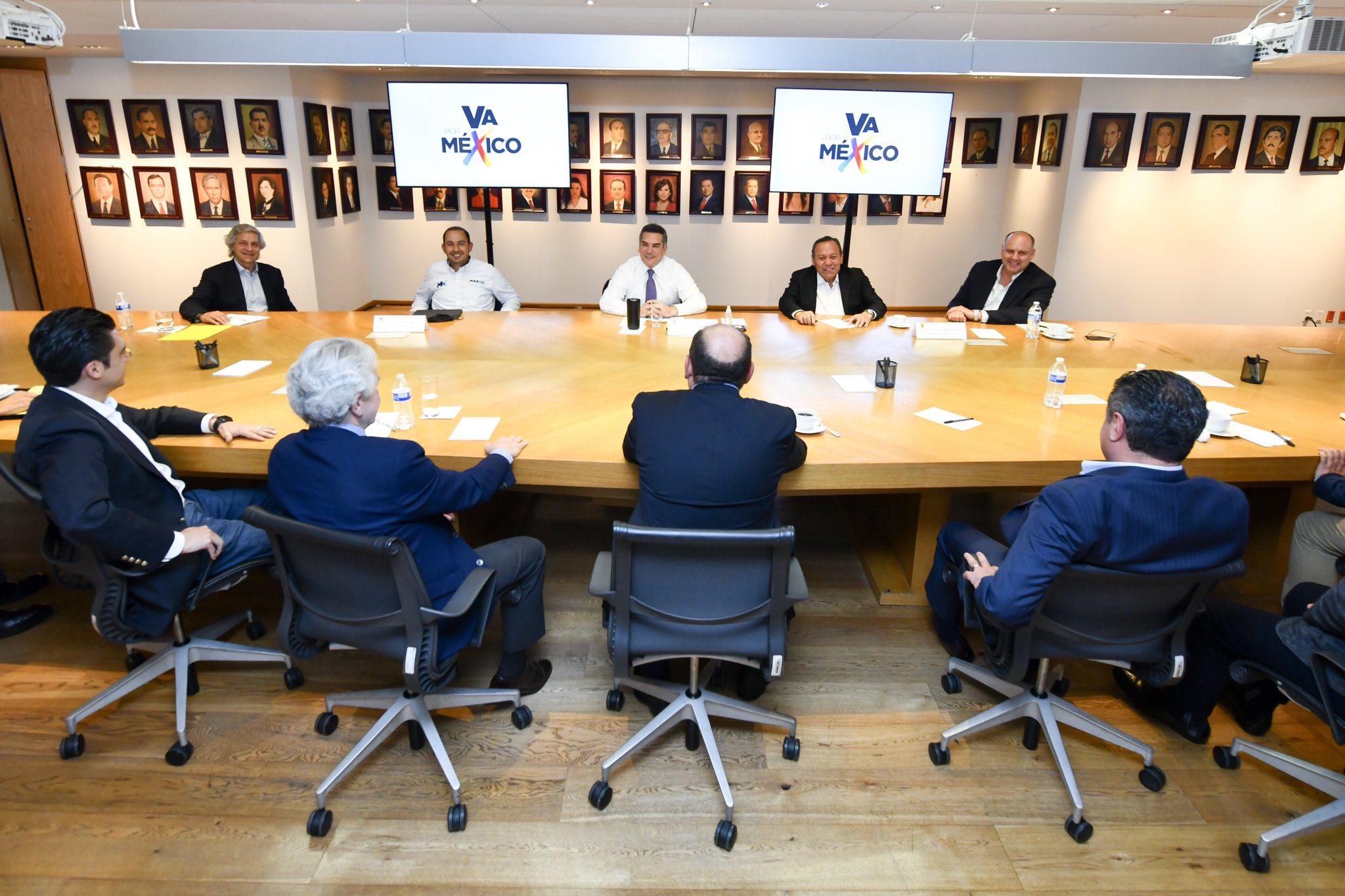 Los líderes de partidos de oposición, PRI, PAN, PRD, se reúnen con los empresarios Gustavo de Hoyos y Claudio X. González.